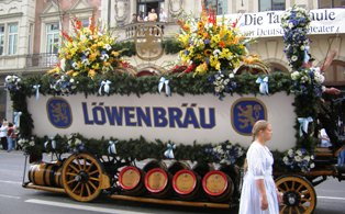 Löwenbräu Carriage with wooden beer barrels