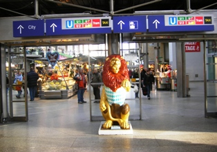Lion gives you a warm welcome at central train station Munich